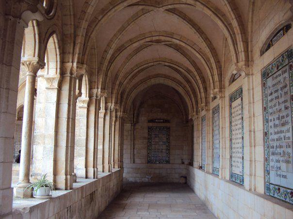 エルサレム旧市街内のキリスト教会の通路