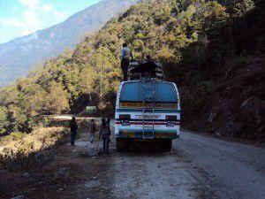 ネパール ランタンに向かうバス