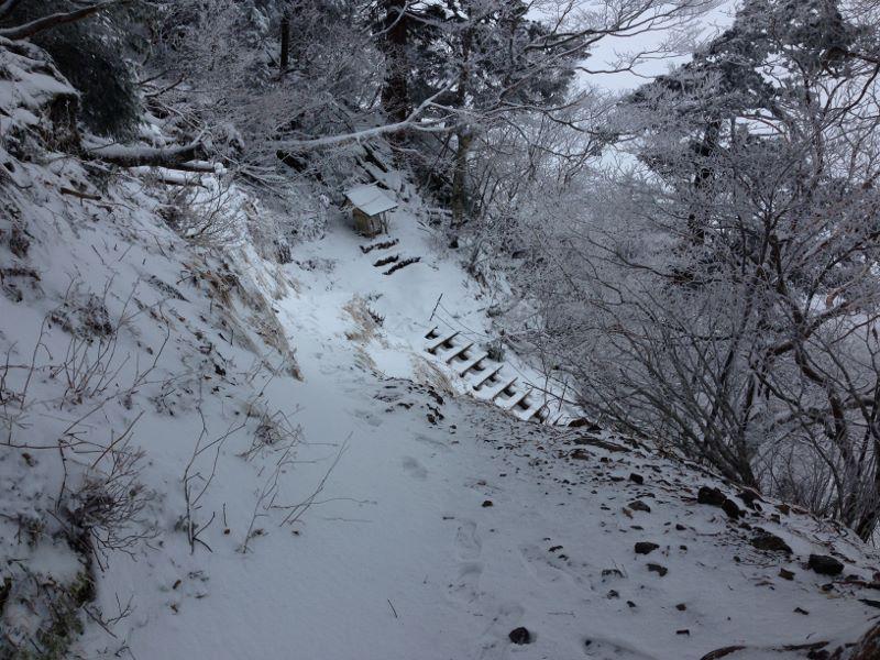 積雪した大峯山を歩く