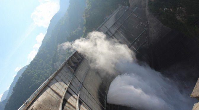 黒部ダムの観光放水2