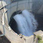 黒部ダムの観光放水1