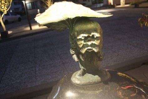 コロポックル 妖怪ブロンズ像(夜)