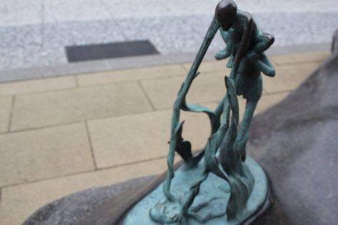 足長手長(あしながてなが)妖怪ブロンズ像