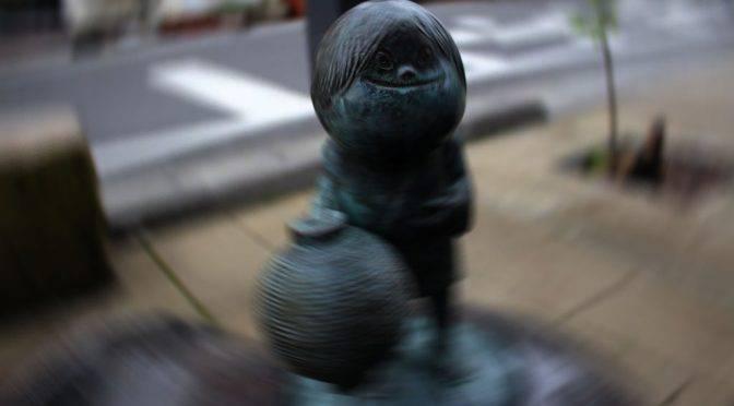 水木しげるロードの妖怪「小僧」身近なところにひそむ妖怪たち